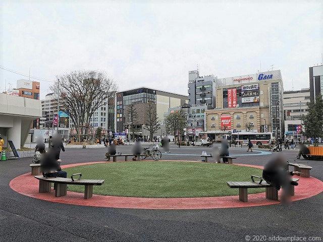 調布駅駅前広場の休憩場所1
