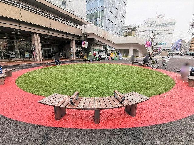 調布駅駅前広場の芝生のベンチ