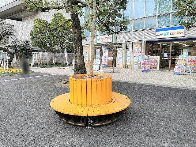 調布駅駅前広場のベンチ