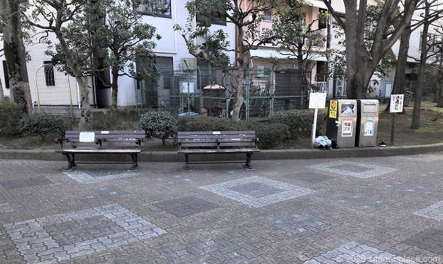 錦糸町駅大横川親水公園のベンチ