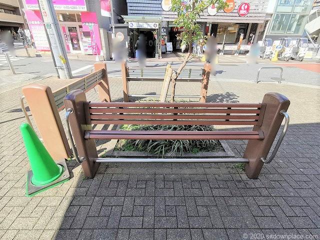 明大前駅駅前広場広場の腰掛ベンチ