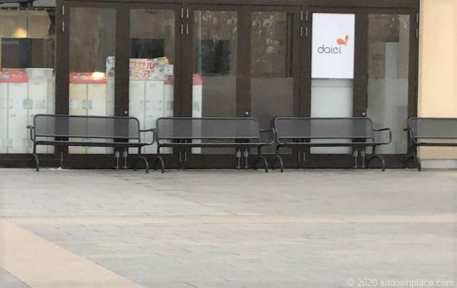 本八幡駅ニッケコルトンプラザ東入口前の休憩場所