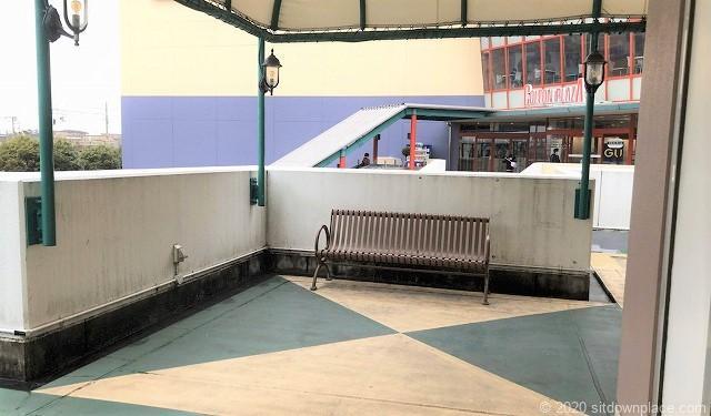 本八幡駅ニッケコルトンプラザウエストモール入口前の休憩場所