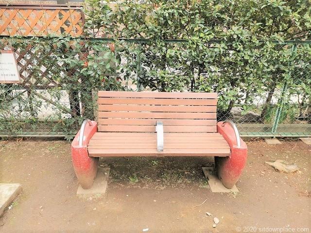 代々木上原駅西原児童遊園のベンチ