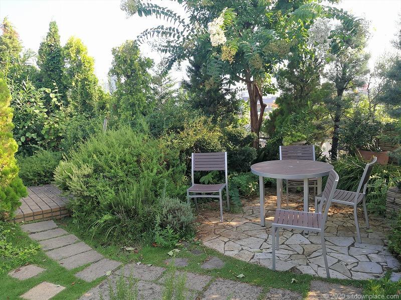 二子玉川駅 ガーデンアイランド屋上庭園のテーブルとイス1