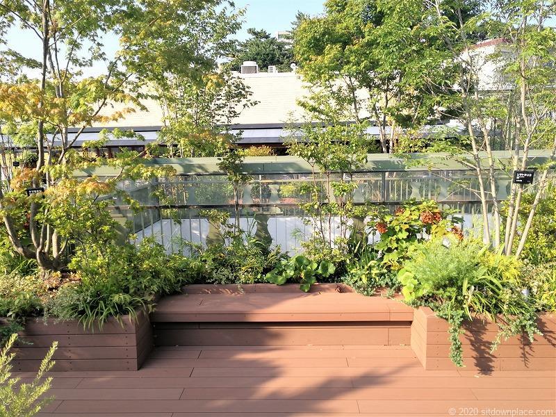二子玉川駅 ガーデンアイランド屋上庭園のベンチ1
