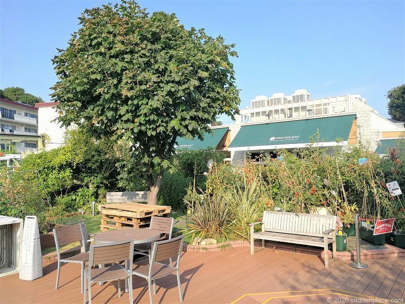 二子玉川駅 ガーデンアイランド屋上庭園のテーブルとイス2