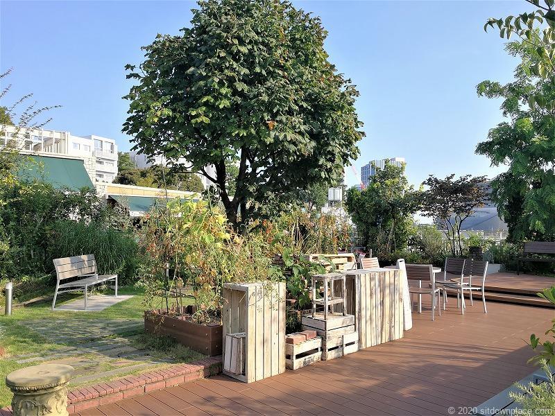 二子玉川駅 ガーデンアイランド屋上庭園のテーブルとイス3
