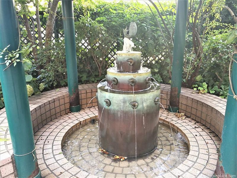 二子玉川駅 高島屋本館3F ローズガーデンの噴水