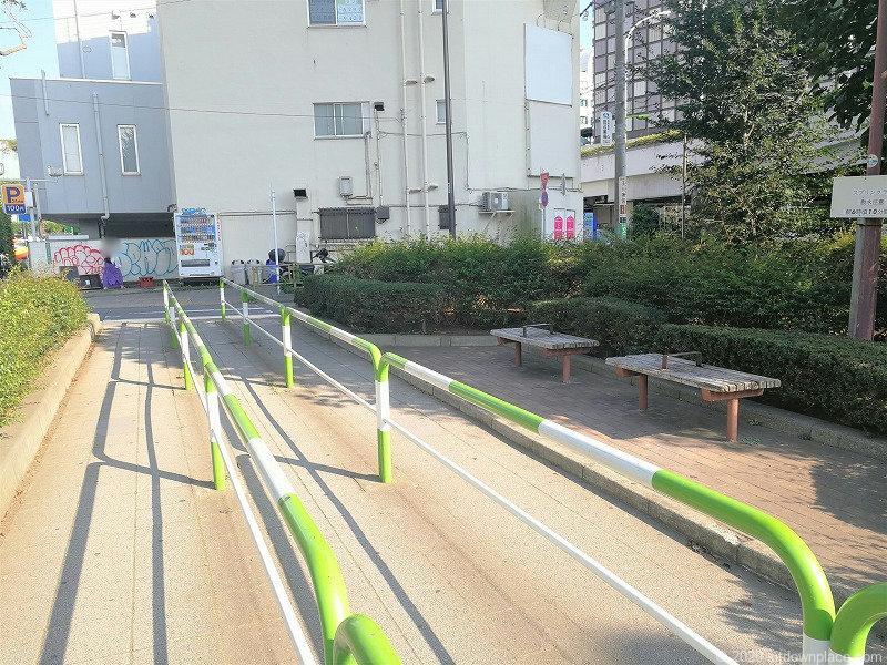 二子玉川駅けやき緑地のベンチ2