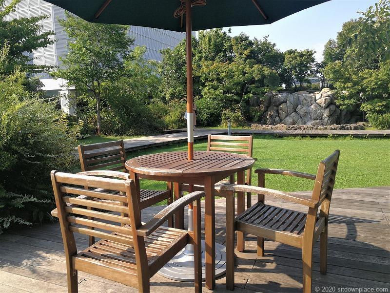 二子玉川駅高島屋本館屋フォレストガーデンの噴水近くの休憩場所のテーブルとチェア