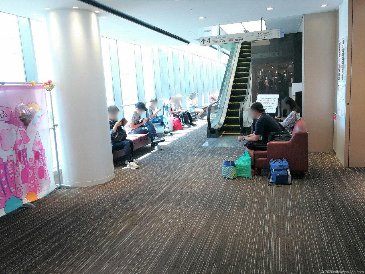 浜松駅イ・コ・イスクエア 3F~6Fのエスカレーター横の休憩場所