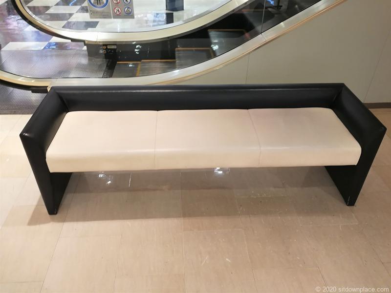 浜松駅メイワン エスカレーター横のベンチ