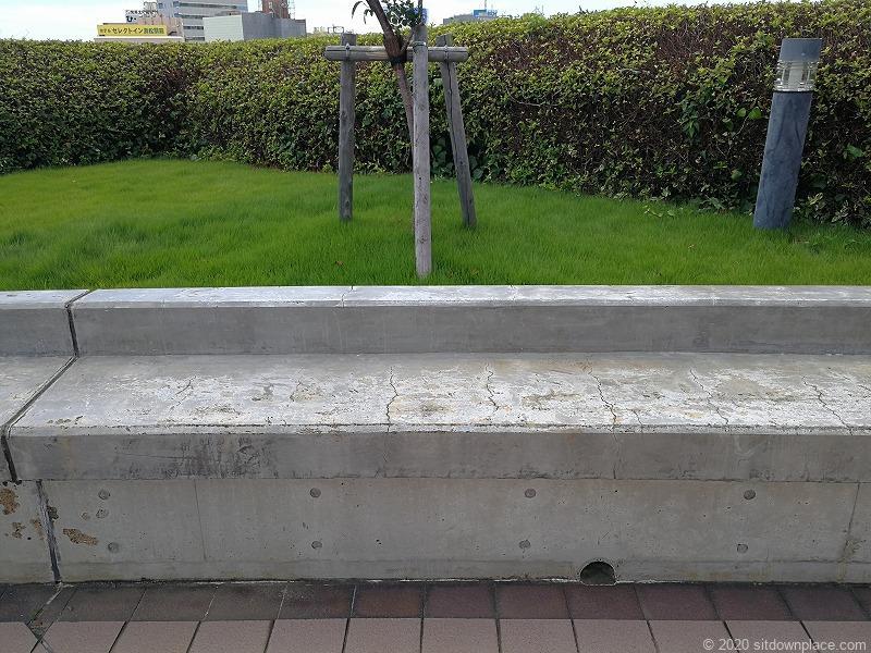 浜松駅アクトの森 太陽の広場のベンチ
