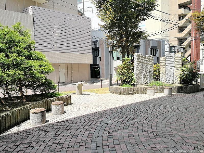 浜松駅遠鉄高架橋下遊歩道のスツール
