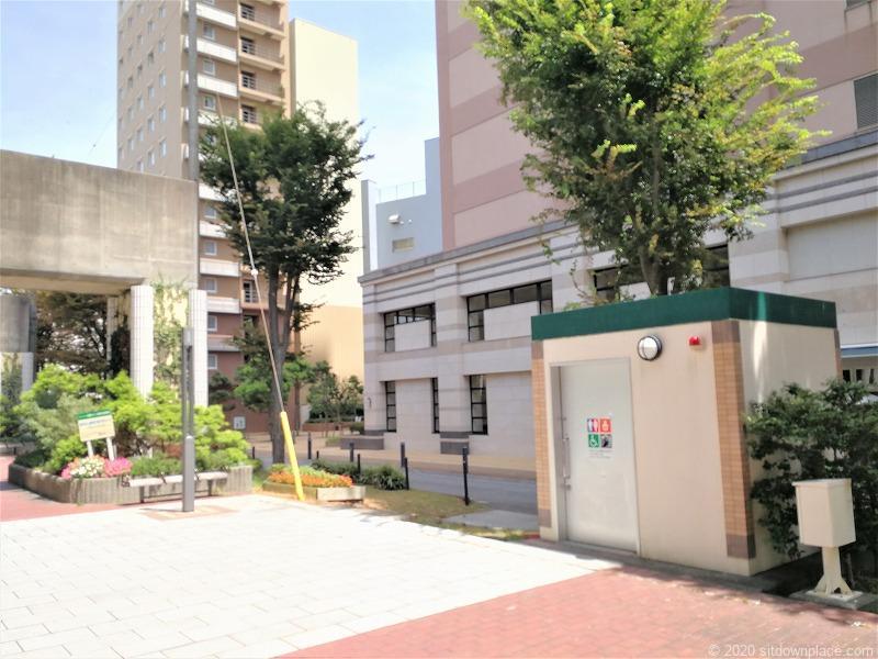 浜松駅遠鉄高架橋下遊歩道のベンチの近くの多目的トイレ