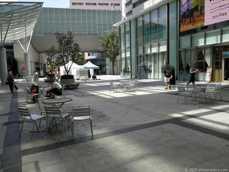 浜松駅ギャラリーモールソラモのイスとテーブルの休憩場所