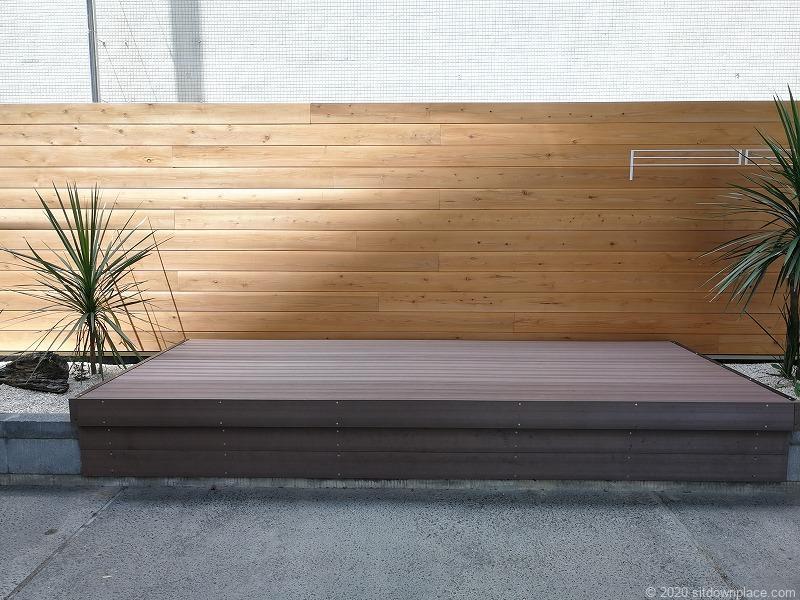 浜松駅浜松駅浜松魅力発信館前の木製ベンチ