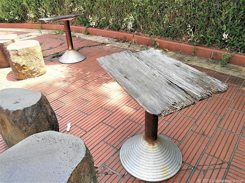 浜松駅広小路地下道C-4出口付近のイスとテーブル2