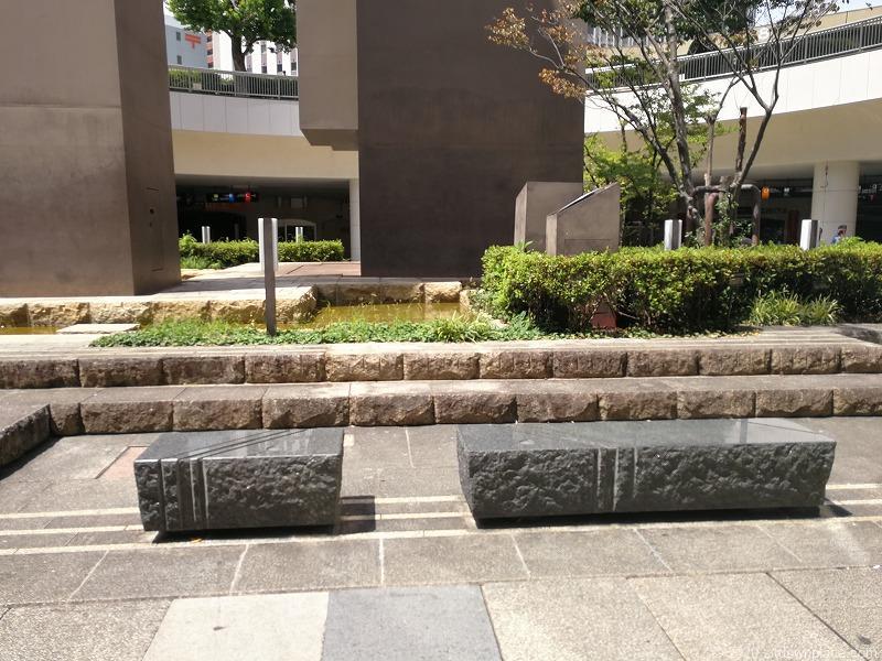 浜松駅地下道広場の石のスツール