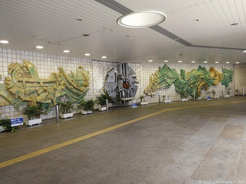 浜松駅地下道広場の壁のオブジェ