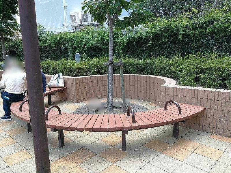 浜松駅東横イン横 D's Tower公開空地のベンチ