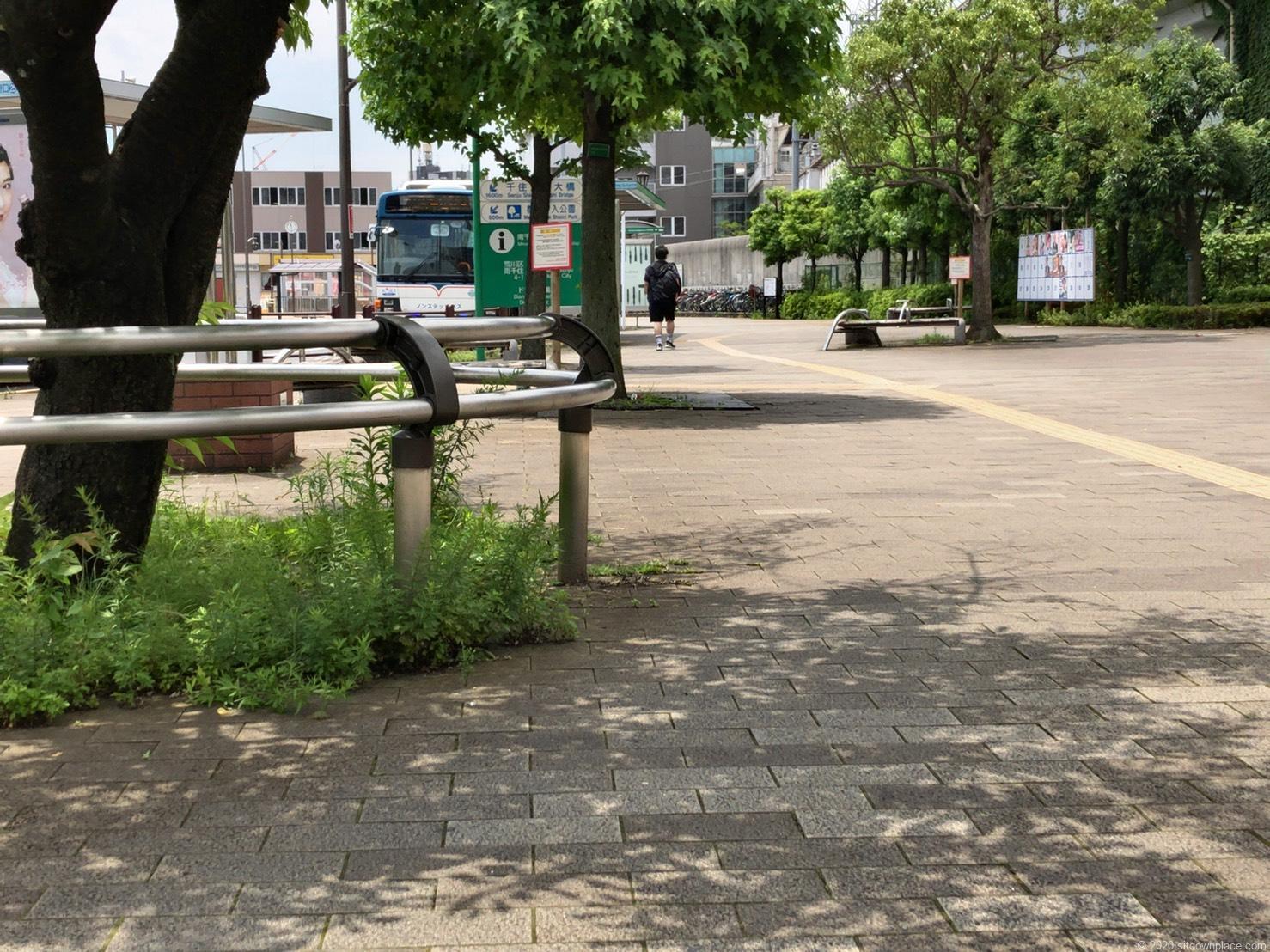 南千住駅ドナウ広場の腰掛ベンチ