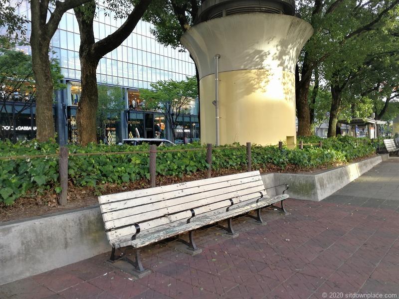 栄駅愛の広場のベンチ