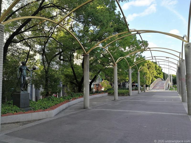 栄駅エンゼル広場の遊歩道