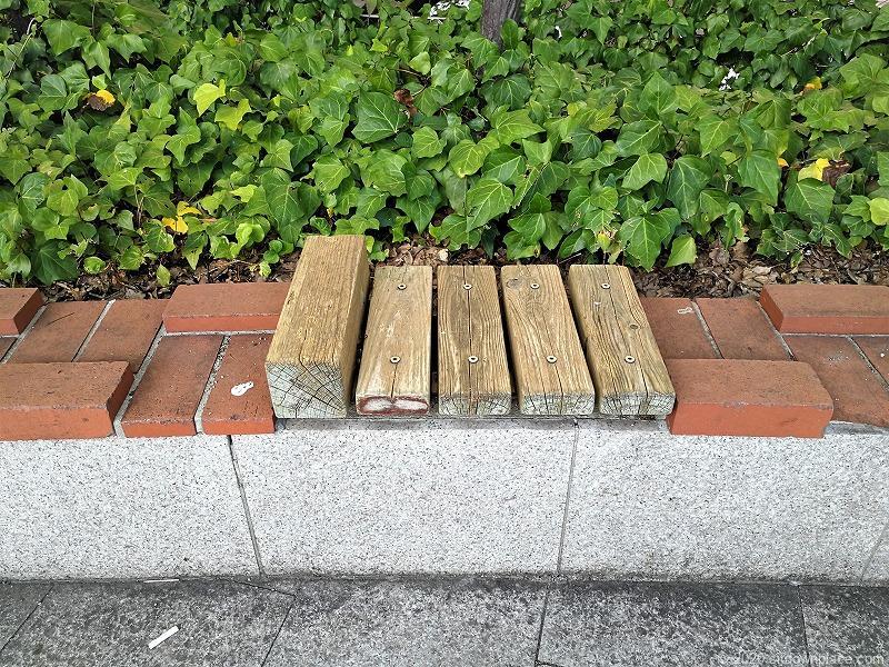 栄駅エンゼル広場の休憩場所のスツール