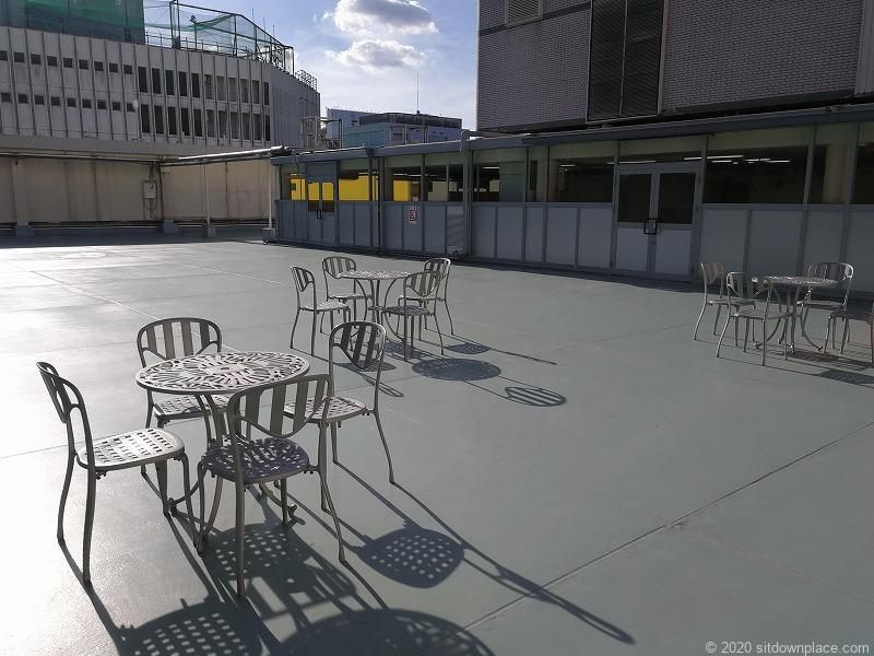 栄駅三越8Fオリエンタルビル屋上広場のテーブルとチェアー