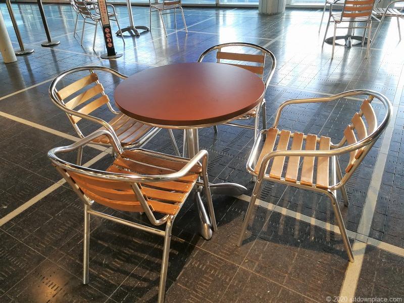 栄駅オアシス21バスターミナル前の休憩所のイスとテーブル