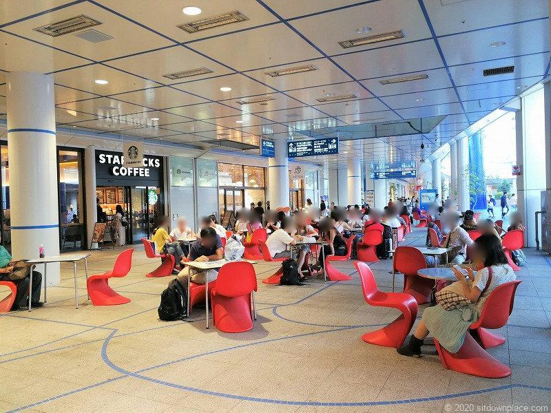 栄駅オアシス21銀河の広場の赤いイスの休憩場所