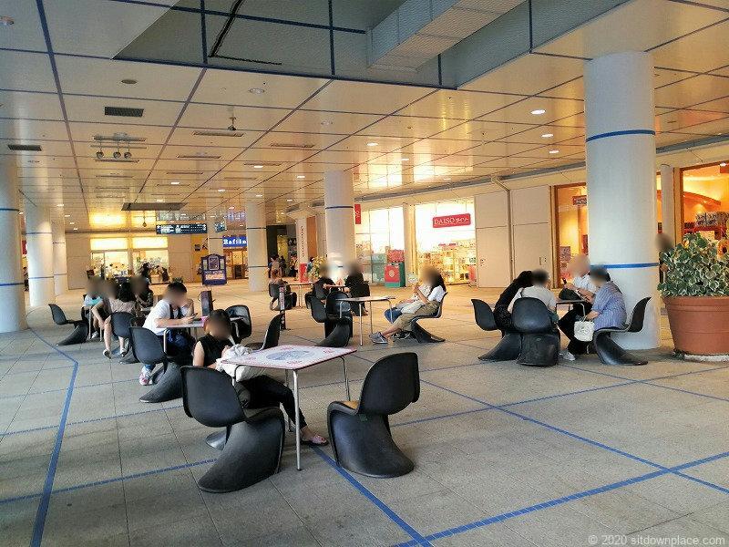 栄駅オアシス21銀河の広場の黒いイスの休憩場所