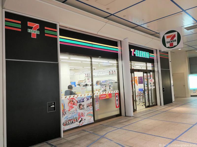 栄駅オアシス21銀河の広場の休憩所近くのセブンイレブン