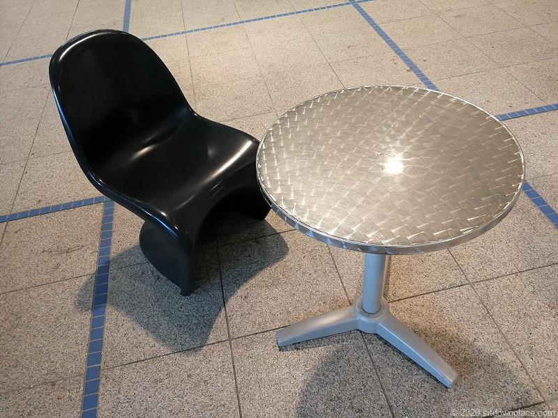 栄駅オアシス21銀河の広場の休憩所のイスとテーブル