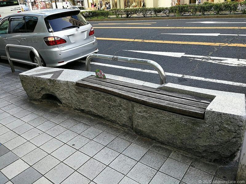 栄駅大津通りラシック前のベンチ