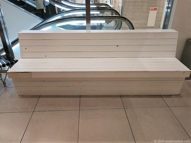 栄駅ラシックエスカレーター横の4人掛けベンチ