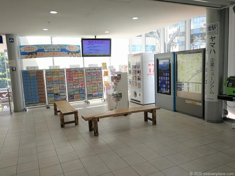 新浜松駅改札口前のベンチ