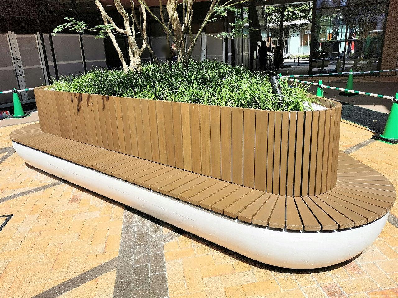 武蔵小杉駅 コスギサードアベニュー センタースクエアの木製ベンチ