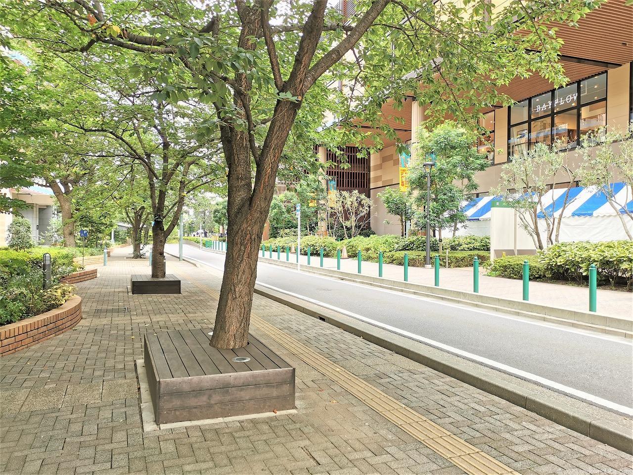 武蔵小杉駅 ミッドスカイタワー グランツリー前の木製ベンチ