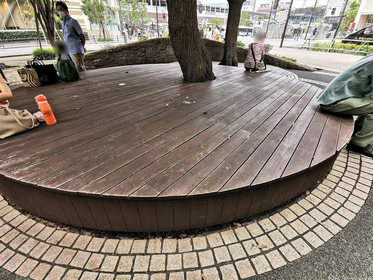 武蔵小杉 ミッドスカイタワー 波紋の広場の休憩場所の木製ベンチ