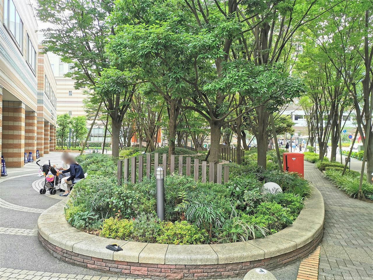 武蔵小杉 ミッドスカイタワー 波紋の広場休憩場所の石材ベンチ