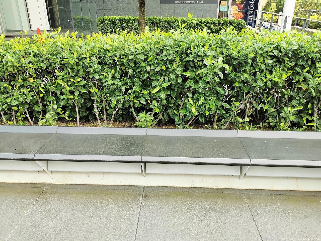 武蔵小杉駅 武蔵小杉ビル公開空地 横須賀線口側の休憩場所のベンチ