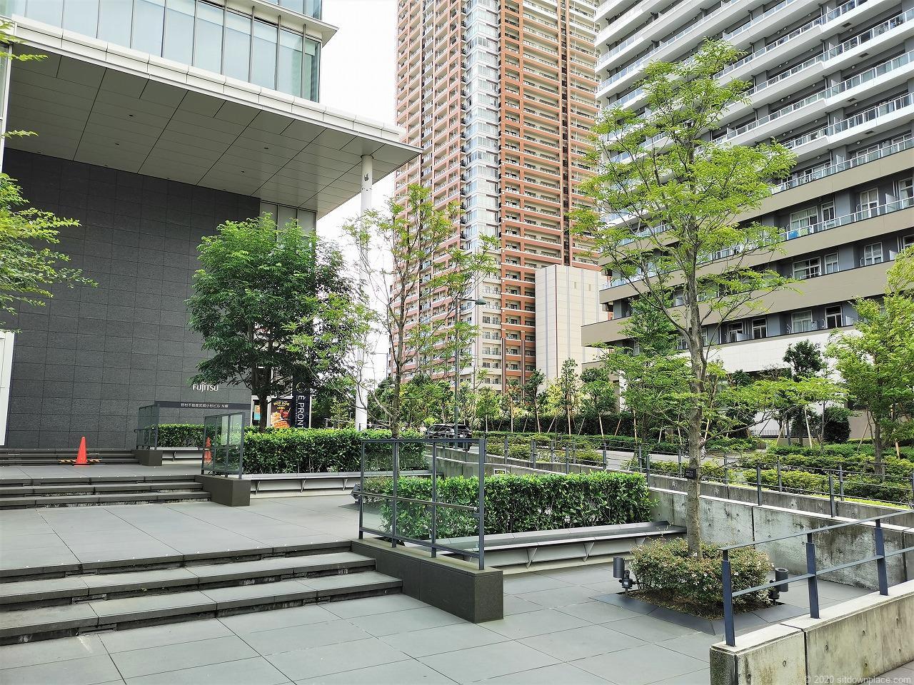 武蔵小杉駅 武蔵小杉ビル公開空地 横須賀線口側の休憩場所1