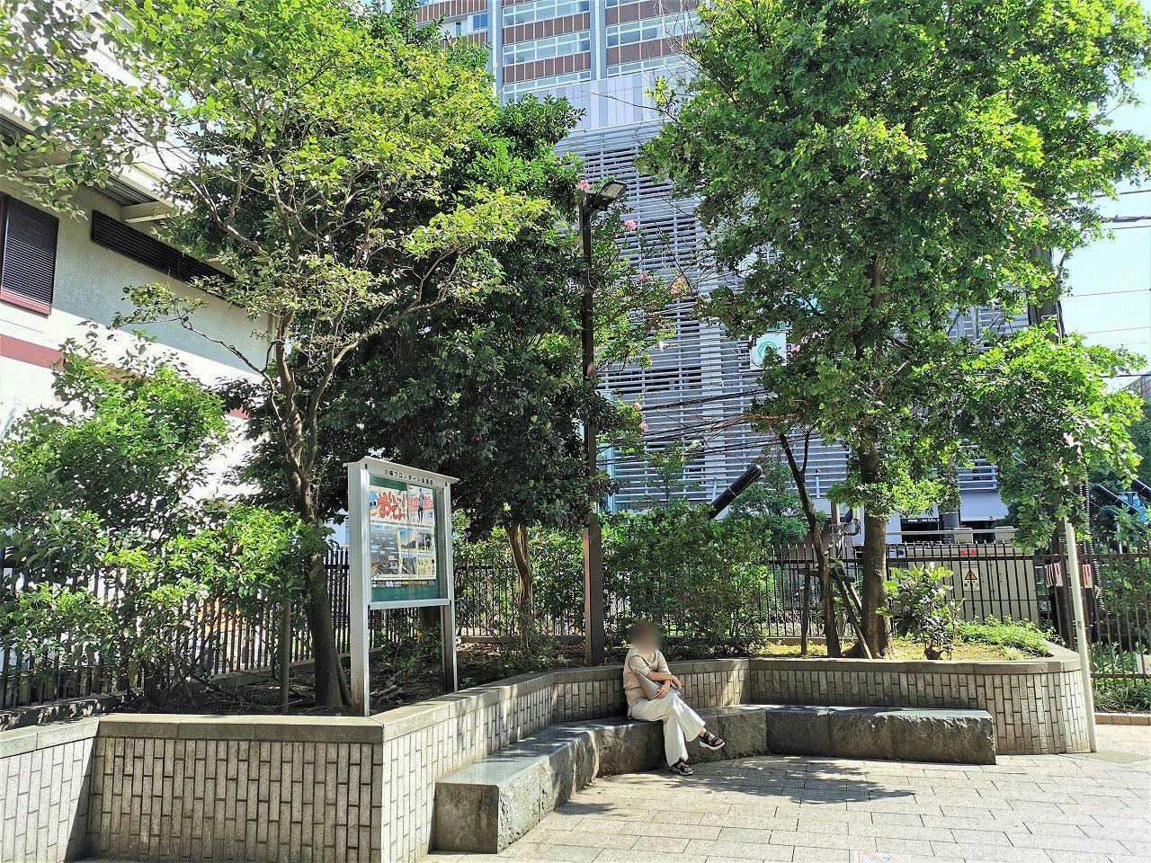 武蔵小杉駅 北口ロータリー前の石材ベンチ