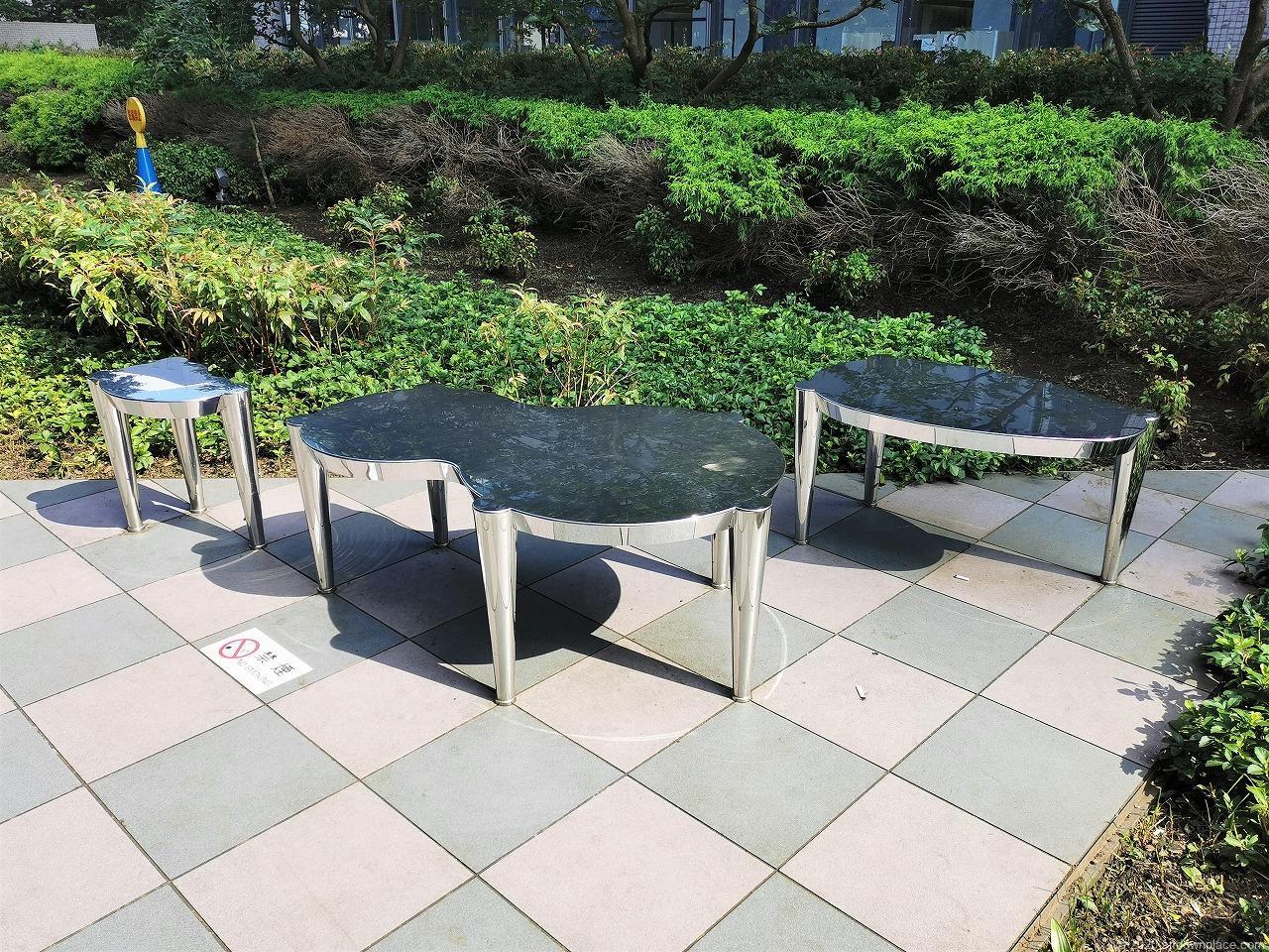 武蔵小杉駅 タワープレイス公開空地の休憩場所のおしゃれな鉄製ベンチ1