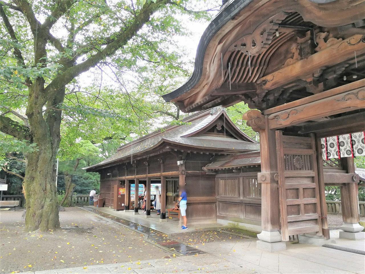 東武宇都宮駅 二荒山神社のベンチと自動販売機