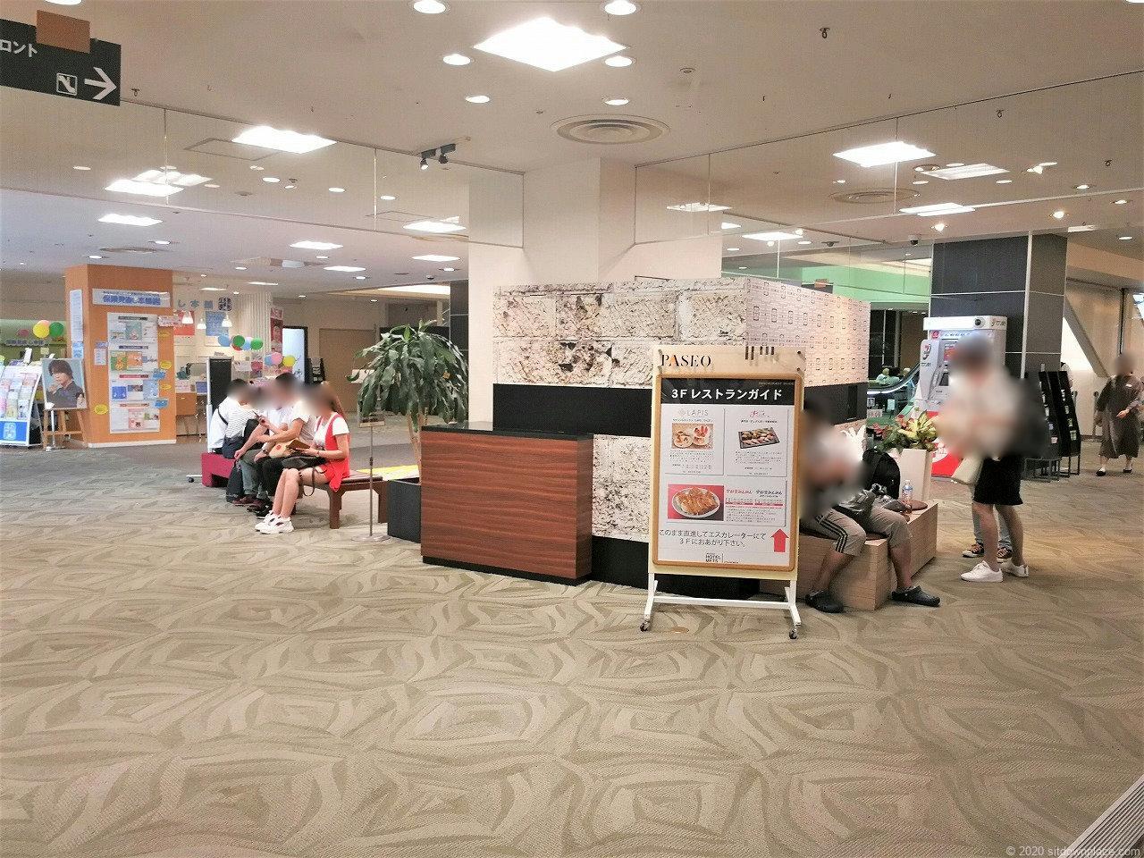 宇都宮駅パセオ2F ホテルメッツ側エスカレーター付近の休憩場所1