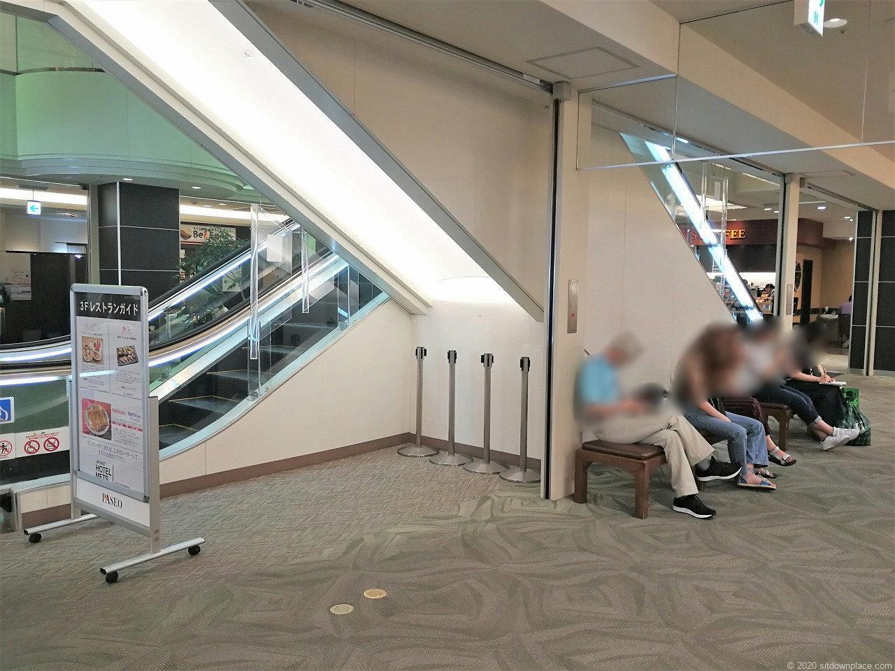宇都宮駅パセオ2F ホテルメッツ側エスカレーター付近の休憩場所2